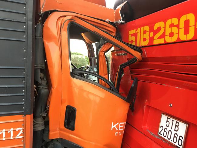 Xe tải tông xe khách chở học sinh, hàng chục em nhỏ la hét hoảng loạn trên cao tốc TP.HCM - Trung Lương-1