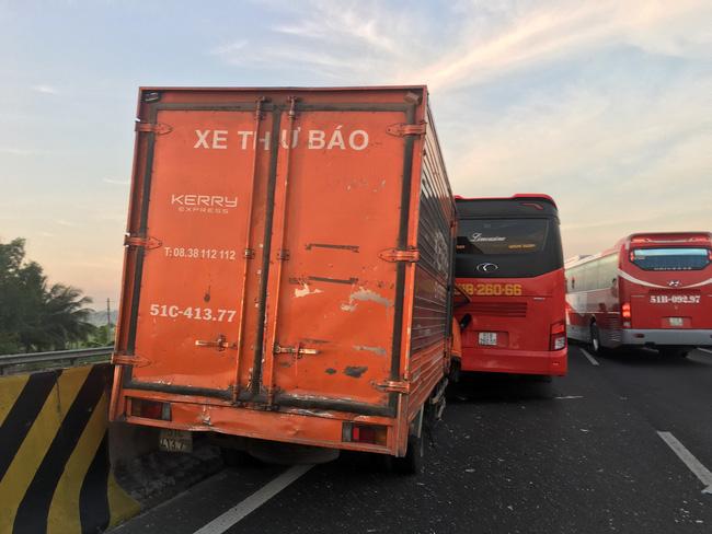 Xe tải tông xe khách chở học sinh, hàng chục em nhỏ la hét hoảng loạn trên cao tốc TP.HCM - Trung Lương-2