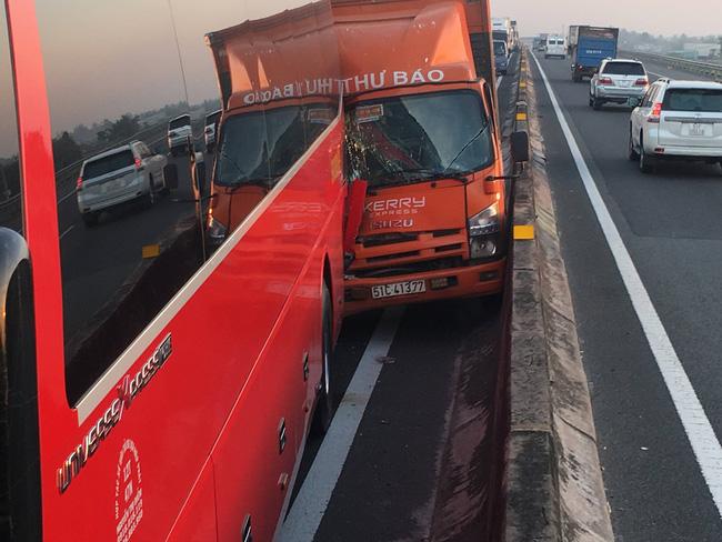 Xe tải tông xe khách chở học sinh, hàng chục em nhỏ la hét hoảng loạn trên cao tốc TP.HCM - Trung Lương-3