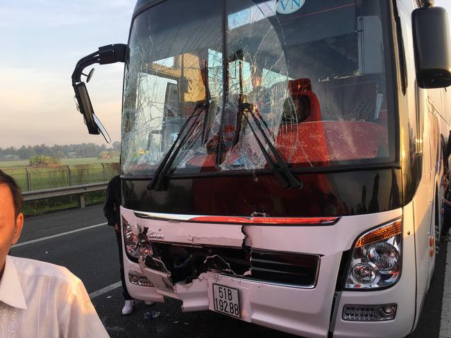 Xe tải tông xe khách chở học sinh, hàng chục em nhỏ la hét hoảng loạn trên cao tốc TP.HCM - Trung Lương-4