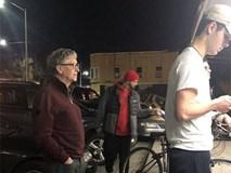 Bill Gates xếp hàng mua thức ăn nhanh