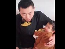 Bố trẻ vừa bế con vừa ăn bim bim cực bá đạo, nhưng nhân vật xuất hiện sau đó mới khiến dân mạng cười bò