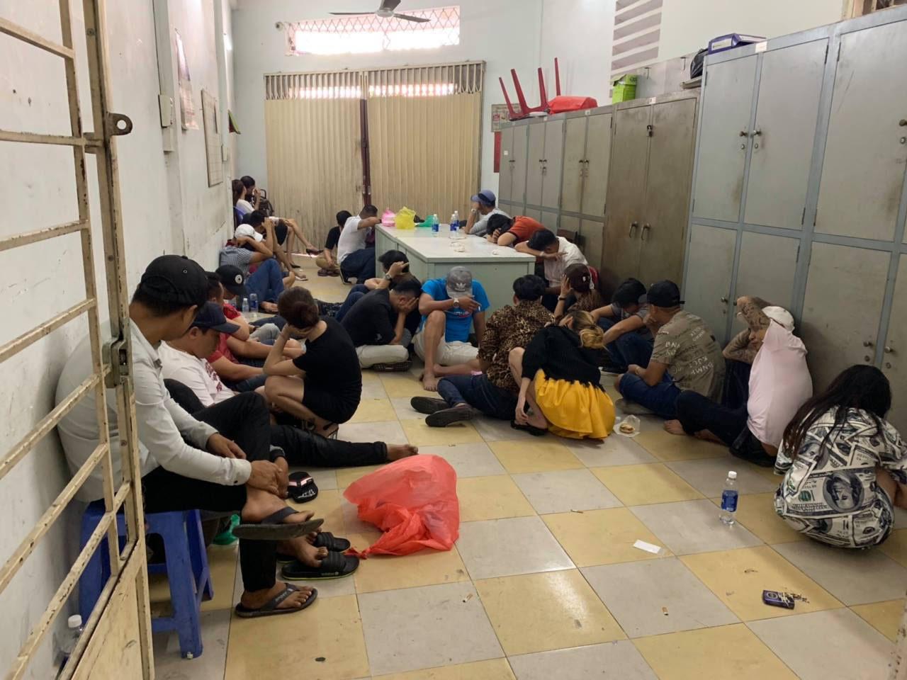 Đột kích vũ trường của dân chơi ma tuý ở Sài Gòn-3