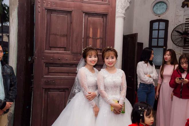 Xôn xao hình ảnh chị em sinh đôi cưới cùng một ngày: Hai chú rể chắc phải đánh dấu'-4