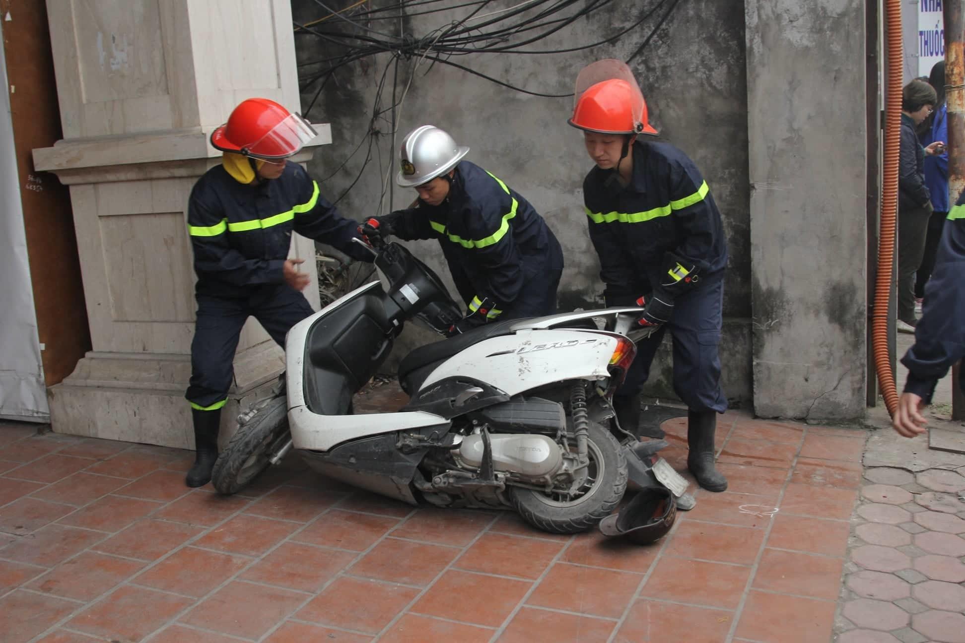 Ô tô đâm 5 xe trên phố Ngọc Khánh, cụ bà đi bộ tử vong-2