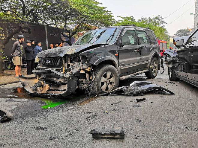 Vụ xe điên gây tai nạn liên hoàn khiến 1 người tử vong: Tài xế xuống xe xin lỗi từng nạn nhân, người thân gào khóc tại hiện trường-2
