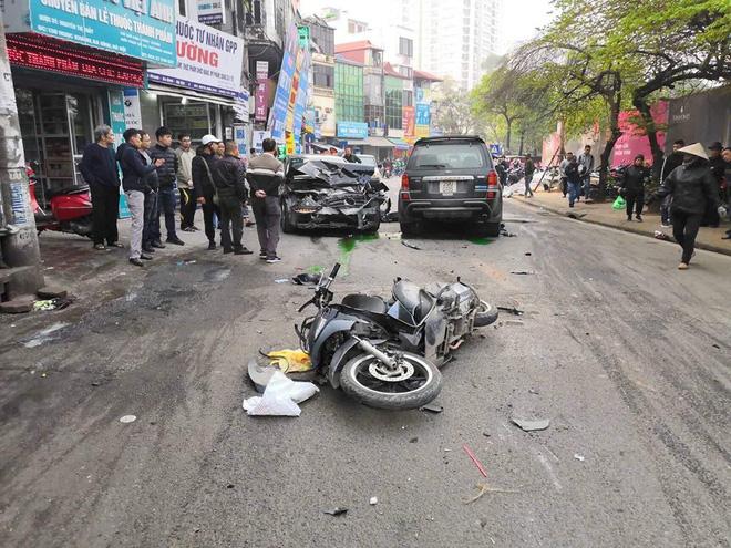 Nhân chứng vụ tông xe liên hoàn trên phố Ngọc Khánh: Tài xế bước ra khóc rưng rức-4