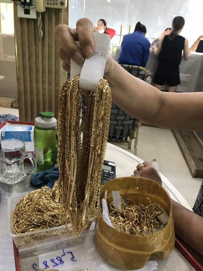 Vụ 2 thanh niên bán 230 lượng vàng: Bất ngờ khám nhà thu giữ thêm lượng vàng khổng lồ-2