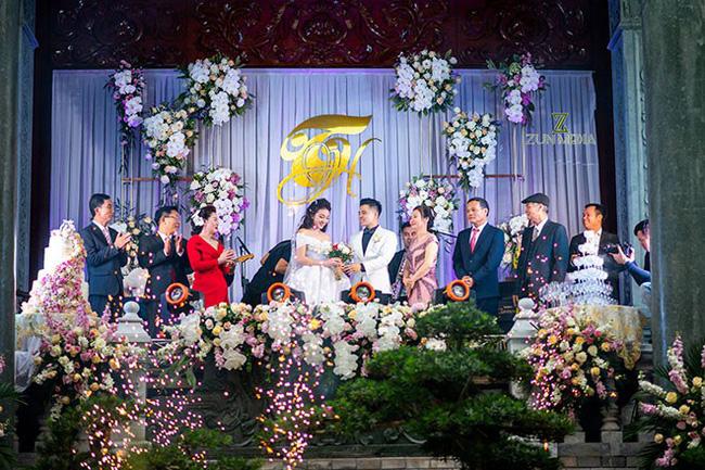 Cô dâu trong đám cưới 200 cây vàng ở lâu đài xinh đẹp, nhưng nhan sắc của người mẹ mới thật đáng ngưỡng mộ-1