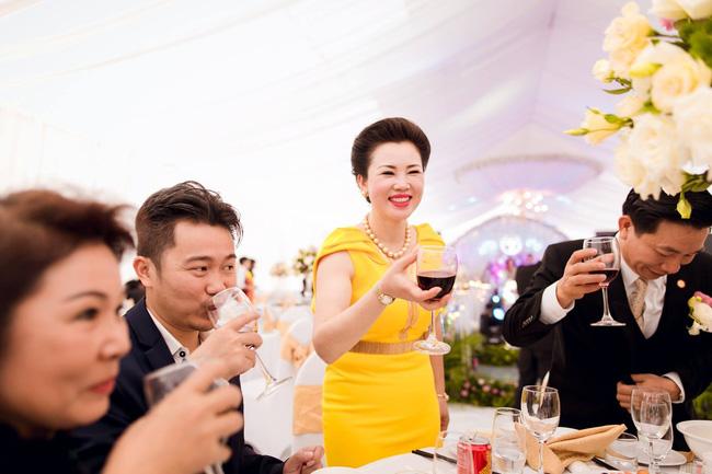 Cô dâu trong đám cưới 200 cây vàng ở lâu đài xinh đẹp, nhưng nhan sắc của người mẹ mới thật đáng ngưỡng mộ-7