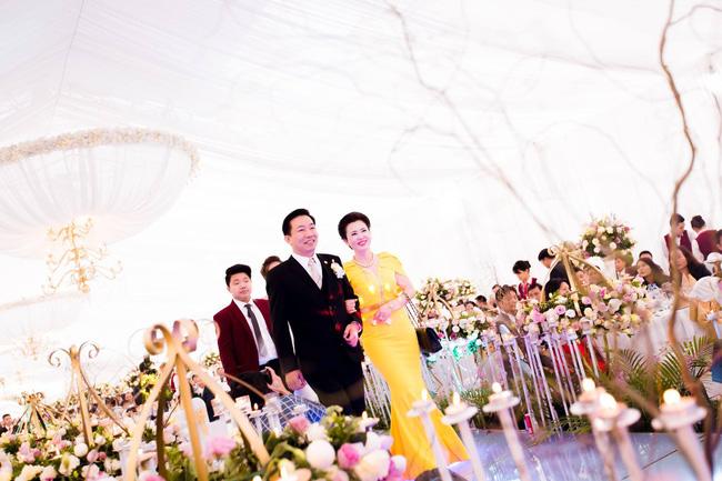 Cô dâu trong đám cưới 200 cây vàng ở lâu đài xinh đẹp, nhưng nhan sắc của người mẹ mới thật đáng ngưỡng mộ-8