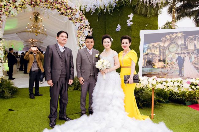 Cô dâu trong đám cưới 200 cây vàng ở lâu đài xinh đẹp, nhưng nhan sắc của người mẹ mới thật đáng ngưỡng mộ-9