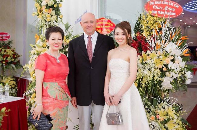Cô dâu trong đám cưới 200 cây vàng ở lâu đài xinh đẹp, nhưng nhan sắc của người mẹ mới thật đáng ngưỡng mộ-14