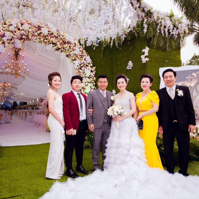 Cô dâu trong đám cưới 200 cây vàng ở lâu đài xinh đẹp, nhưng nhan sắc của người mẹ mới thật đáng ngưỡng mộ-11