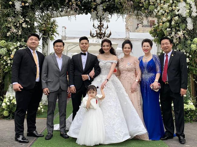 Cô dâu trong đám cưới 200 cây vàng ở lâu đài xinh đẹp, nhưng nhan sắc của người mẹ mới thật đáng ngưỡng mộ-12