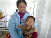 Nghệ An: Con trai 2 tuổi sợ hãi khóc thét sau 2 tháng gặp lại bố bị tai nạn giao thông