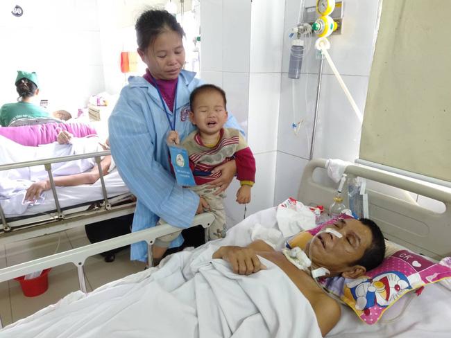 Nghệ An: Con trai 2 tuổi sợ hãi khóc thét sau 2 tháng gặp lại bố bị tai nạn giao thông-1
