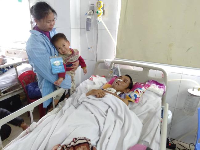 Nghệ An: Con trai 2 tuổi sợ hãi khóc thét sau 2 tháng gặp lại bố bị tai nạn giao thông-10