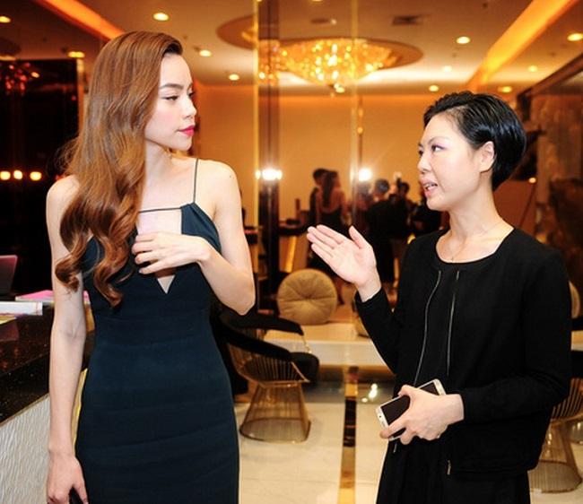 Váy áo rộng cổ, xẻ cao khiến Chi Pu, Mai Phương Thúy... bối rối-17