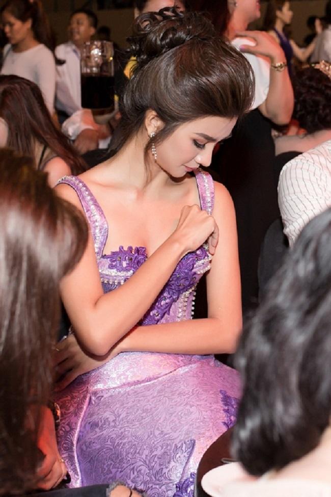 Váy áo rộng cổ, xẻ cao khiến Chi Pu, Mai Phương Thúy... bối rối-15