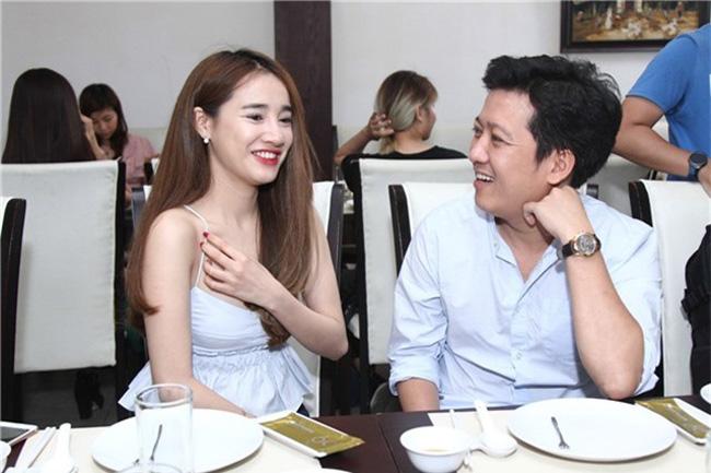 Váy áo rộng cổ, xẻ cao khiến Chi Pu, Mai Phương Thúy... bối rối-10