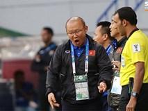 Quang Hải bị phạm lỗi, HLV Park Hang Seo gắt với cả trọng tài và HLV Jordan để đòi công bằng
