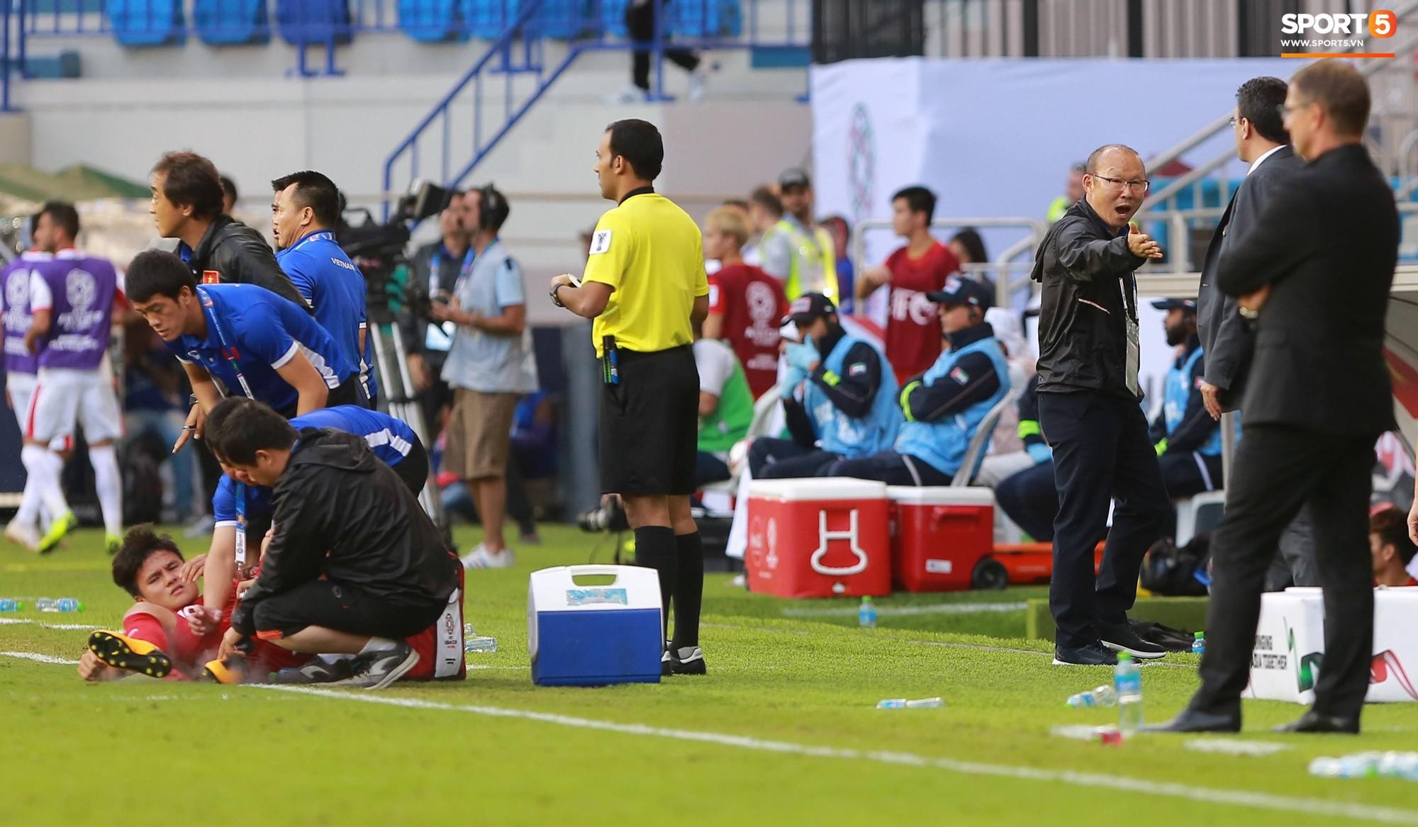 Quang Hải bị phạm lỗi, HLV Park Hang Seo gắt với cả trọng tài và HLV Jordan để đòi công bằng-8