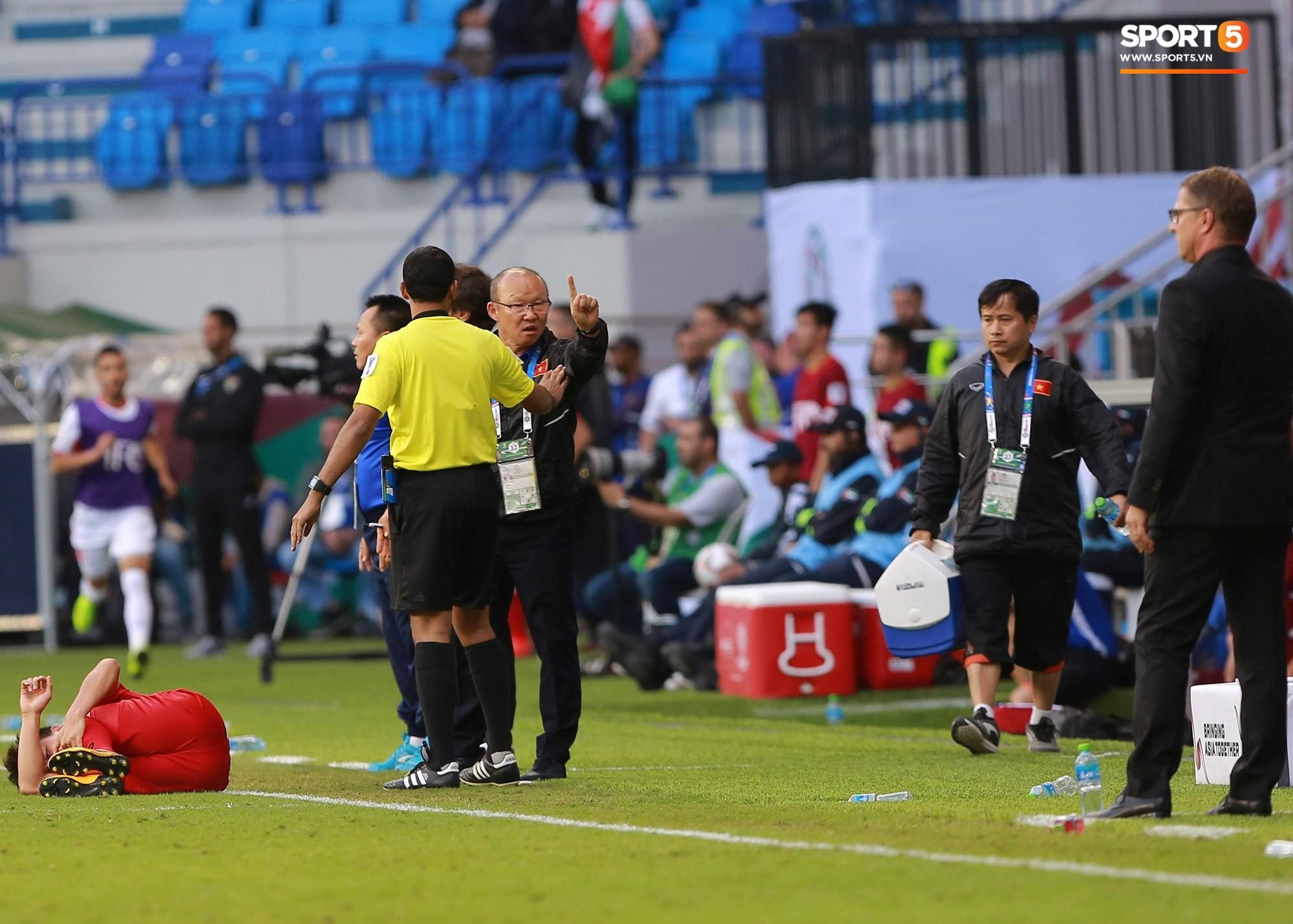 Quang Hải bị phạm lỗi, HLV Park Hang Seo gắt với cả trọng tài và HLV Jordan để đòi công bằng-3