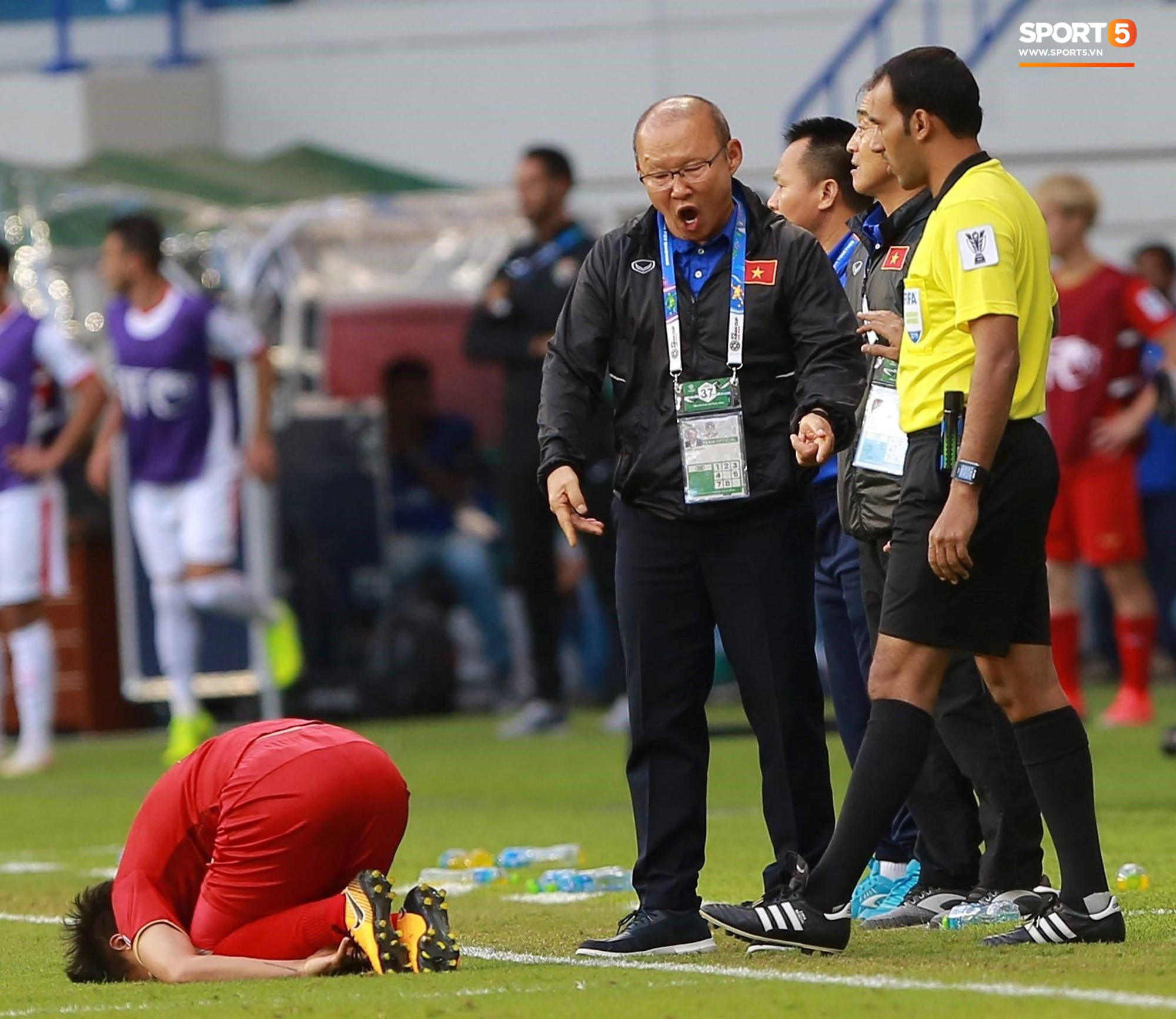 Quang Hải bị phạm lỗi, HLV Park Hang Seo gắt với cả trọng tài và HLV Jordan để đòi công bằng-4
