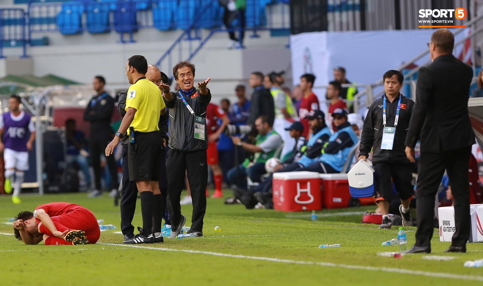 Quang Hải bị phạm lỗi, HLV Park Hang Seo gắt với cả trọng tài và HLV Jordan để đòi công bằng-5