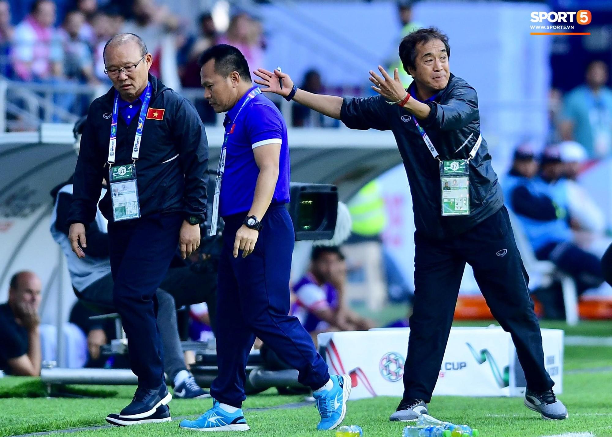 Quang Hải bị phạm lỗi, HLV Park Hang Seo gắt với cả trọng tài và HLV Jordan để đòi công bằng-7