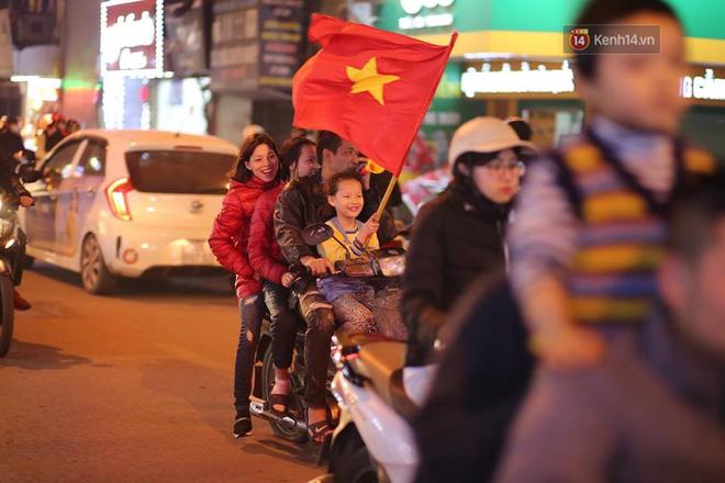Người hâm mộ tràn xuống đường, hò reo vui sướng trước chiến thắng nghẹt thở của đội tuyển Việt Nam sau loạt sút luân lưu-15
