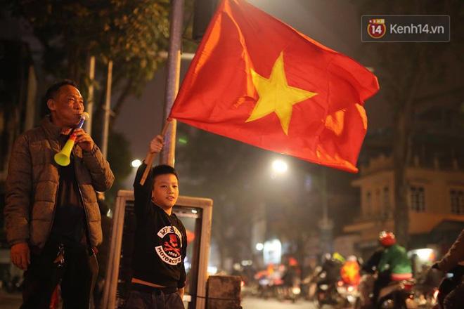 Người hâm mộ tràn xuống đường, hò reo vui sướng trước chiến thắng nghẹt thở của đội tuyển Việt Nam sau loạt sút luân lưu-2