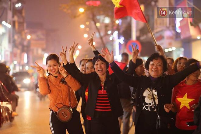 Người hâm mộ tràn xuống đường, hò reo vui sướng trước chiến thắng nghẹt thở của đội tuyển Việt Nam sau loạt sút luân lưu-11