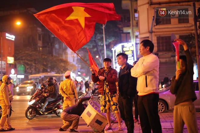 Người hâm mộ tràn xuống đường, hò reo vui sướng trước chiến thắng nghẹt thở của đội tuyển Việt Nam sau loạt sút luân lưu-3