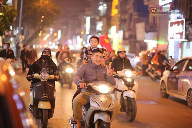 Người hâm mộ tràn xuống đường, hò reo vui sướng trước chiến thắng nghẹt thở của đội tuyển Việt Nam sau loạt sút luân lưu-17