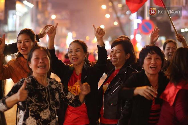 Người hâm mộ tràn xuống đường, hò reo vui sướng trước chiến thắng nghẹt thở của đội tuyển Việt Nam sau loạt sút luân lưu-12