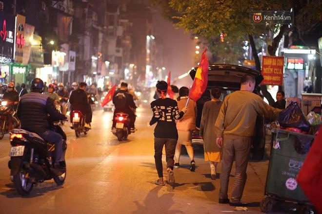 Người hâm mộ tràn xuống đường, hò reo vui sướng trước chiến thắng nghẹt thở của đội tuyển Việt Nam sau loạt sút luân lưu-13