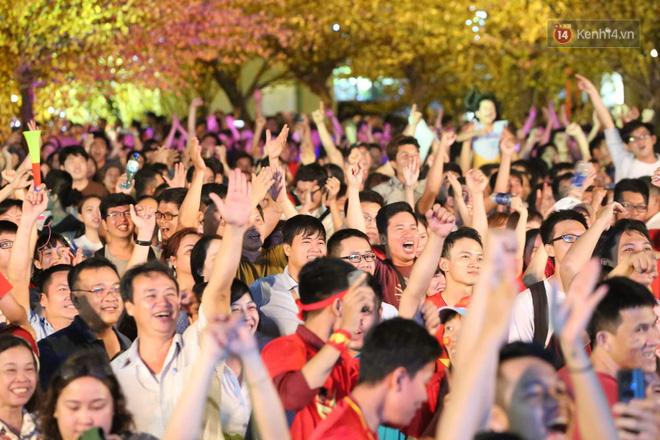 Người hâm mộ tràn xuống đường, hò reo vui sướng trước chiến thắng nghẹt thở của đội tuyển Việt Nam sau loạt sút luân lưu-1
