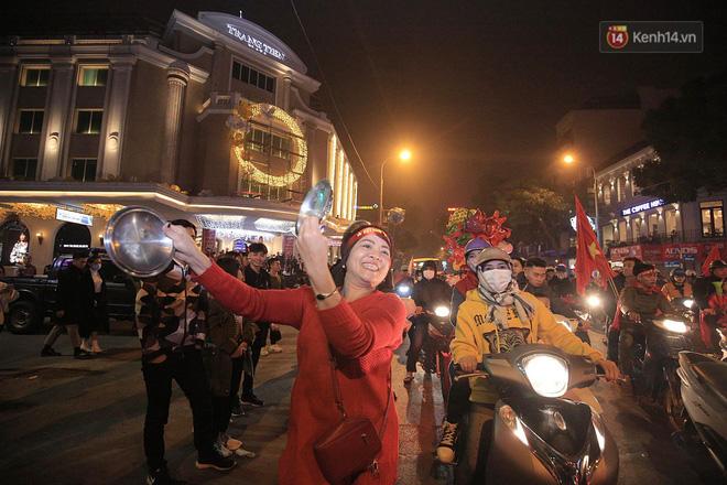 Người hâm mộ tràn xuống đường, hò reo vui sướng trước chiến thắng nghẹt thở của đội tuyển Việt Nam sau loạt sút luân lưu-6