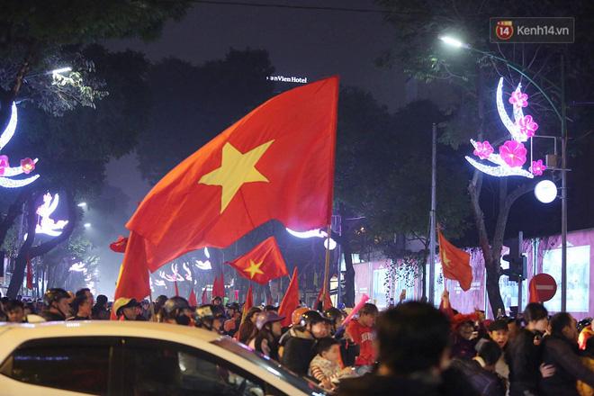 Người hâm mộ tràn xuống đường, hò reo vui sướng trước chiến thắng nghẹt thở của đội tuyển Việt Nam sau loạt sút luân lưu-7