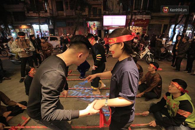 Người hâm mộ tràn xuống đường, hò reo vui sướng trước chiến thắng nghẹt thở của đội tuyển Việt Nam sau loạt sút luân lưu-8