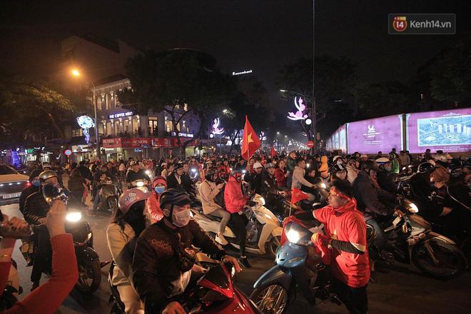 Người hâm mộ tràn xuống đường, hò reo vui sướng trước chiến thắng nghẹt thở của đội tuyển Việt Nam sau loạt sút luân lưu-9