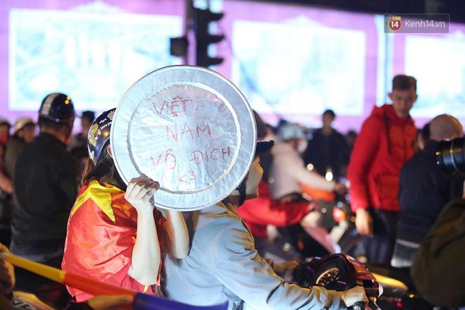 Người hâm mộ tràn xuống đường, hò reo vui sướng trước chiến thắng nghẹt thở của đội tuyển Việt Nam sau loạt sút luân lưu-10