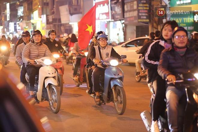 Người hâm mộ tràn xuống đường, hò reo vui sướng trước chiến thắng nghẹt thở của đội tuyển Việt Nam sau loạt sút luân lưu-4