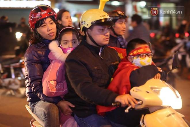 Người hâm mộ tràn xuống đường, hò reo vui sướng trước chiến thắng nghẹt thở của đội tuyển Việt Nam sau loạt sút luân lưu-5