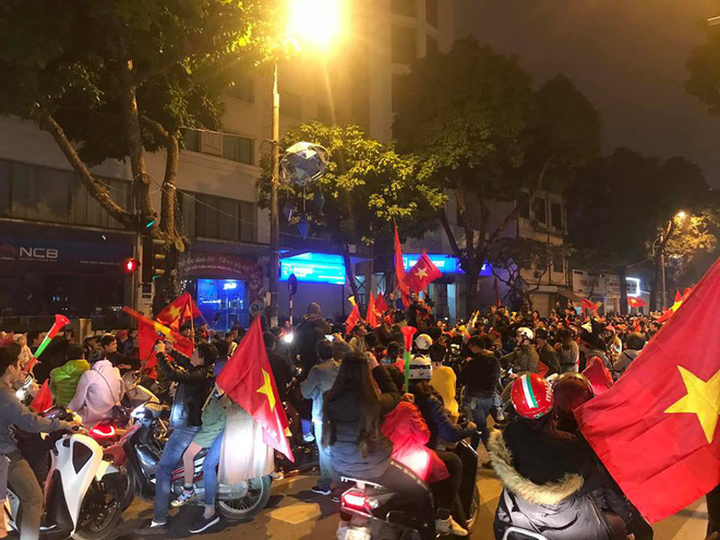 Đường Hà Nội tắc nghẽn, tuyển Việt Nam đã có 6 tỷ đồng tiền thưởng nóng sau chiến thắng nghẹt thở với Jordan-3