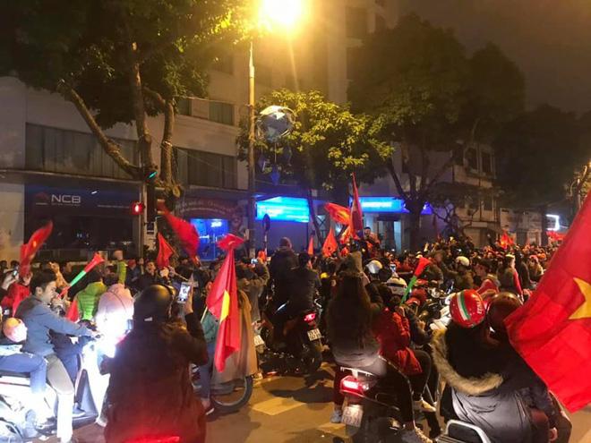 Đường Hà Nội tắc nghẽn, tuyển Việt Nam đã có 6 tỷ đồng tiền thưởng nóng sau chiến thắng nghẹt thở với Jordan-4