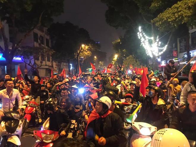 Đường Hà Nội tắc nghẽn, tuyển Việt Nam đã có 6 tỷ đồng tiền thưởng nóng sau chiến thắng nghẹt thở với Jordan-5