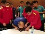 Màn ăn mừng cực đáng yêu của các người hùng Việt Nam trong phòng thay đồ sau trận đấu nghẹt thở với Jordan-1